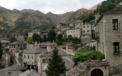 2 pueblos preciosos sobre piedras en Grecia